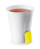 Бумажный стаканчик при черный чай изолированный на белизне Стоковое Изображение RF