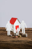 Бумажный цепной символизировать и дом семьи Стоковое Фото