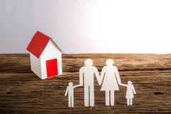 Бумажный цепной символизировать и дом семьи Стоковые Фото