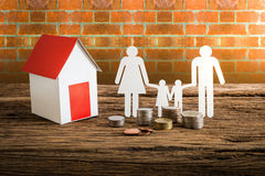 Бумажный цепной символизировать и дом семьи Стоковая Фотография RF