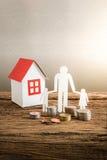 Бумажный цепной символизировать и дом семьи Стоковая Фотография