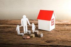 Бумажный цепной символизировать и дом семьи Стоковое Изображение RF