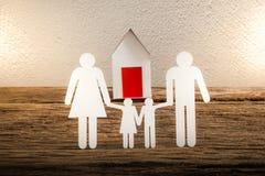 Бумажный цепной символизировать и дом семьи Стоковые Изображения