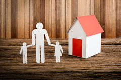 Бумажный цепной символизировать и дом семьи Стоковое фото RF