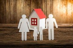 Бумажный цепной символизировать и дом семьи Стоковые Изображения RF