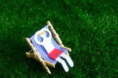 Бумажный человек на стуле солнца стоковое изображение