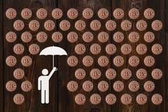 Бумажный человек с зонтиком под дождем bitcoin Абстрактная принципиальная схема Стоковые Фотографии RF