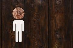 Бумажный человек с bitcoin вместо головы Абстрактная принципиальная схема Стоковые Фотографии RF