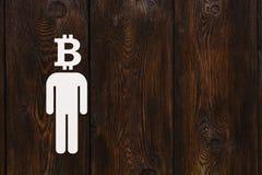 Бумажный человек с bitcoin вместо головы Абстрактная принципиальная схема Стоковая Фотография