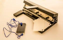 Бумажный штамповщик на офисе Стоковые Фото