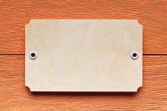 Бумажный ярлык на деревянной предпосылке Стоковая Фотография RF