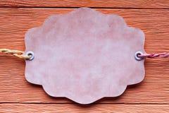 Бумажный ярлык на деревянной предпосылке Стоковая Фотография