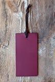 Бумажный ярлык на деревянной предпосылке grunge Стоковое Изображение RF
