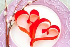 2 бумажных красных сердца с хворостиной вербы на плите фарфора Стоковая Фотография