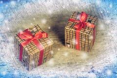 2 бумажных подарочной коробки на старой деревянной предпосылке таблицы Стоковые Изображения