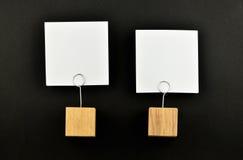 2 бумажных примечания с держателями на черноте для представления Стоковое Изображение RF