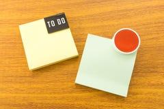 2 бумажных примечания для того чтобы сделать список с красным кругом Стоковое Фото