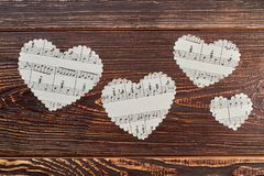 4 бумажных сердца на деревянной предпосылке Стоковое Фото