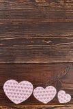 3 бумажных сердца на деревянной предпосылке Стоковые Изображения