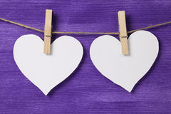 2 бумажных сердца вися на веревочке Стоковое Изображение