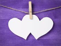 2 бумажных сердца вися на веревочке Стоковая Фотография RF