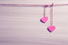 2 бумажных сердца вися на веревочке Стоковое Фото