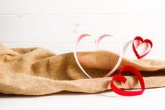 3 бумажных сердца на белой деревянной предпосылке, концепция для поздравительной открытки дня валентинки Стоковые Изображения