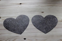 2 бумажных сердца на деревянном столе Стоковое Изображение