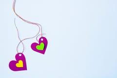 2 бумажных сердца на нежно голубой предпосылке Стоковые Фотографии RF