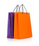 2 бумажных хозяйственной сумки с отражением на белизне Стоковое Изображение RF