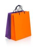 2 бумажных хозяйственной сумки с отражением на белизне Стоковые Изображения RF