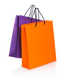 2 бумажных хозяйственной сумки с отражением на белизне Стоковое Изображение