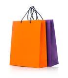 2 бумажных хозяйственной сумки с отражением на белизне Стоковые Изображения