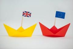 2 бумажных шлюпки с флагом Юниона Джек и Европейского союза Стоковые Изображения