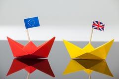 2 бумажных шлюпки с флагом Юниона Джек и Европейского союза Стоковая Фотография RF
