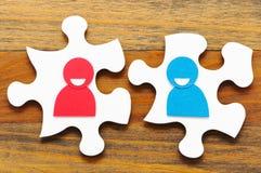 2 бумажных люд обсуждая Изображение концепции встречи и teamwo Стоковое фото RF