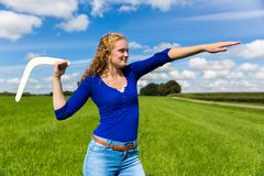 Бумеранг молодой голландской женщины бросая стоковые фото