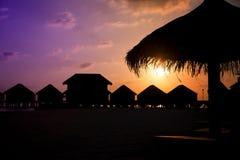 Бунгала на заходе солнца в Мальдивах Стоковое Изображение