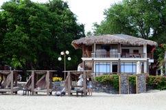 бунгала роскошного тропического пляжного комплекса милые стоя на белом песке стоковое фото rf