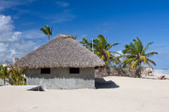 Бунгало крыши листьев ладони на тропическом пляже Стоковое Фото