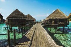 бунгало на воде зеленого цвета острова Мальдивов Стоковые Фотографии RF