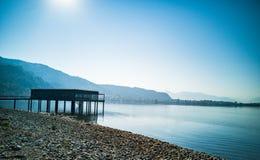 Бунгало на красивом голубом озере стоковые фотографии rf