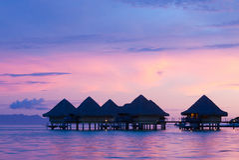 Бунгала на заходе солнца в Bora Bora Стоковое Фото