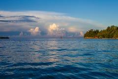 Бунгало панорамного взгляда в пляже деревни Индонезии тропическом в заходе солнца острова Бали Океан Вест-Инди сезона лета Стоковая Фотография