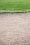 Бункер песка и зеленая трава Стоковое Изображение RF