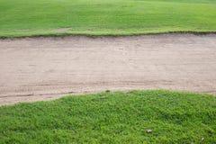 Бункер песка и зеленая трава Стоковое фото RF