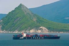 Бункер рейда топливозаправщика на компании Hanjin контейнеровоза на фоне остроконечной верхней части Залив Nakhodka Восточное мор Стоковые Фотографии RF