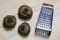 Бураки заскрежетанные на shavings обедая таблица деревянная Черное backgro Стоковое Изображение RF