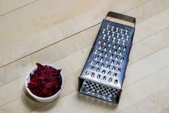 Бураки заскрежетанные на shavings обедая таблица деревянная Черное backgro Стоковые Фотографии RF