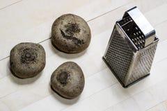 Бураки заскрежетанные на shavings обедая таблица деревянная Черное backgro Стоковые Изображения